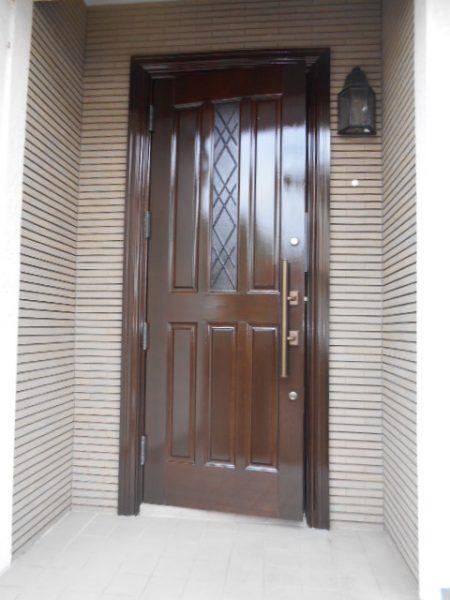 府中市で玄関扉のクリヤー仕上げ